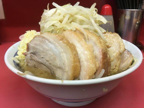 「小豚ニンニクヤサイ+生玉子」@ラーメン二郎 桜台駅前店の写真