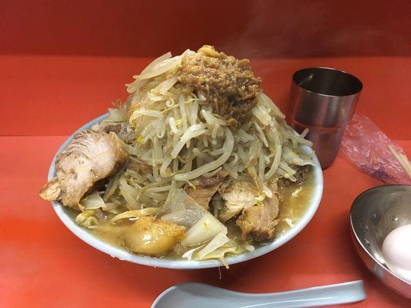 「国産ブタメン+ヤサイマシ+ブタカスアブラ+生卵」@ラーメン富士丸 神谷本店の写真