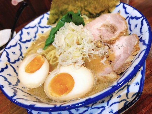 「煮干し豚骨醤油らーめん」@麺飯食堂 チャアヤの写真