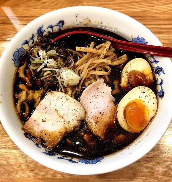 「ブラック  味玉(平打ち麺.並)」@くじら食堂 nonowa東小金井店の写真