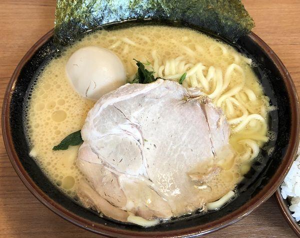 「味玉ラーメン+サービスライス(¥830)」@横浜家系ラーメン まくり家 川崎店の写真