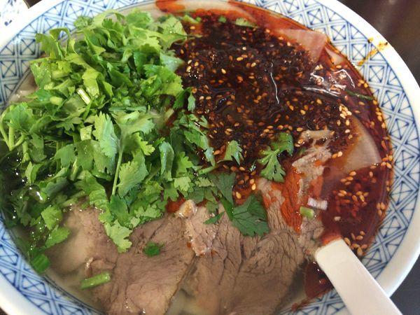 「牛肉麺900円辣油ダブル+パクチー100円」@隴垣金城 蘭州牛肉面の写真
