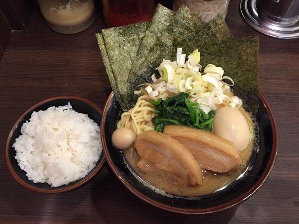 「一刀盛り豚骨醤油ラーメン」@横浜家系ラーメン 一刀家 秋葉原店の写真