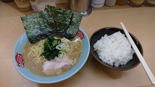 「ラーメンとご飯」@横浜ラーメン 町田家 新宿南口店の写真