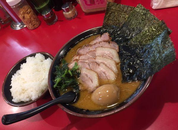 「チャーシューメン(5枚)麺硬め油多め+中盛券+味玉子+ライス」@家系ラーメン 王道の写真