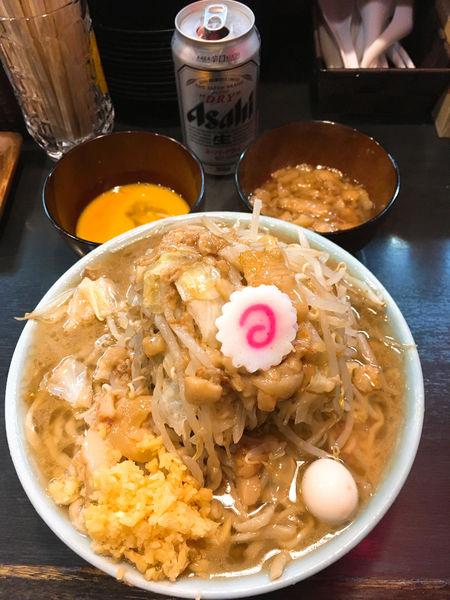 「ラーメン麺少なめ(生卵サービス)+あぶら増し+缶ビール」@自家製麺 No11の写真
