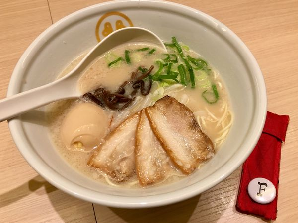 「豚骨 白 味玉入り」@TOKYO 豚骨 BASE MADE by 博多一風堂 ecute品川サウス店の写真