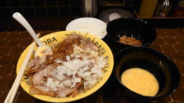 「豚そば、肉増し、玉ねぎ、生卵、小ライス」@茨城豚そば 特龍本店の写真