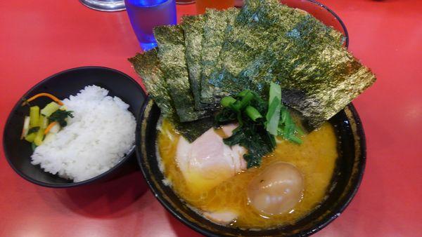 「並ラーメン のり 味玉 野菜畑 ライス」@家系総本山 吉村家の写真
