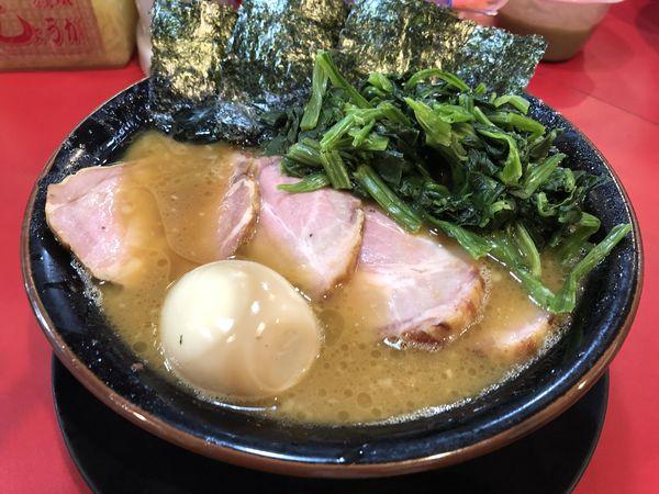 「中盛チャーシュー麺固め たまごほうれん草」@家系ラーメン とらきち家の写真