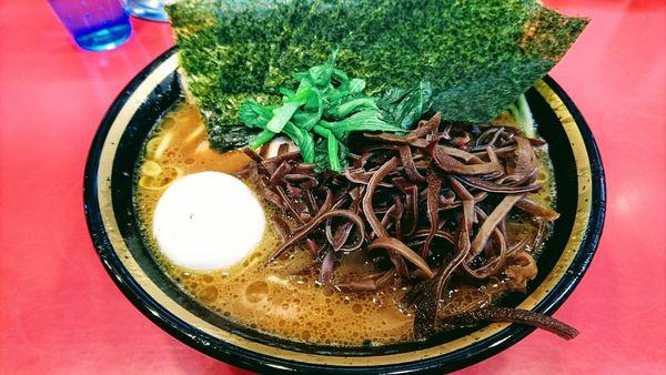 「チャーシューメン(中盛・麺硬め・味濃いめ)+海苔・木耳・白玉」@家系総本山 吉村家の写真